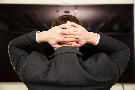 Foto: Mann verschränkt Hände